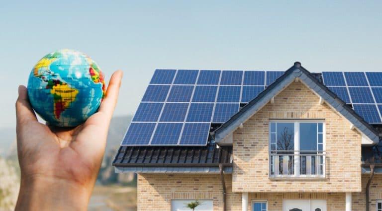 Toit en ardoise recouvert de panneaux solaires pour production électricité